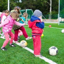 Grundschulkinder spielen Ball (Sportunterricht)