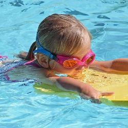 Grundschulkind schwimmt im Schwimmbecken (Sportunterricht)