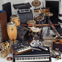 Verschiedene große und kleine Instrumente sind auf dem Bild arrangiert.