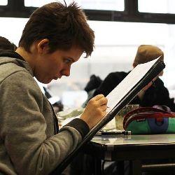 Jugendlicher zeichnet einen Comic im Rahmen des Unterrichtsprinzips Werkstatt